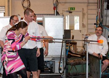 Victoria y Daniel visitaron Småland al sur de Suecia. allí Victoria sopló para hacer botellas
