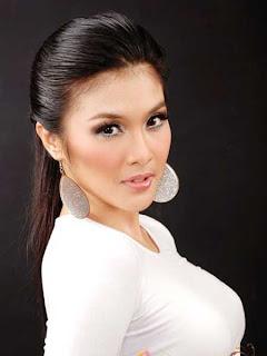 Foto Hot Sandra Dewi Dalam Busana Putih Seksi