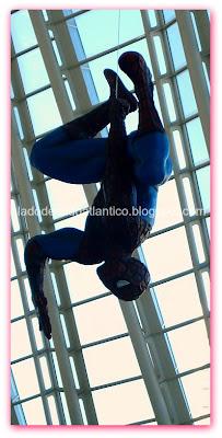 Imagem do boneco do Homem Aranha no pavilhão de Ciências da Cidade das Artes e Ciências, Valência, Espanha.