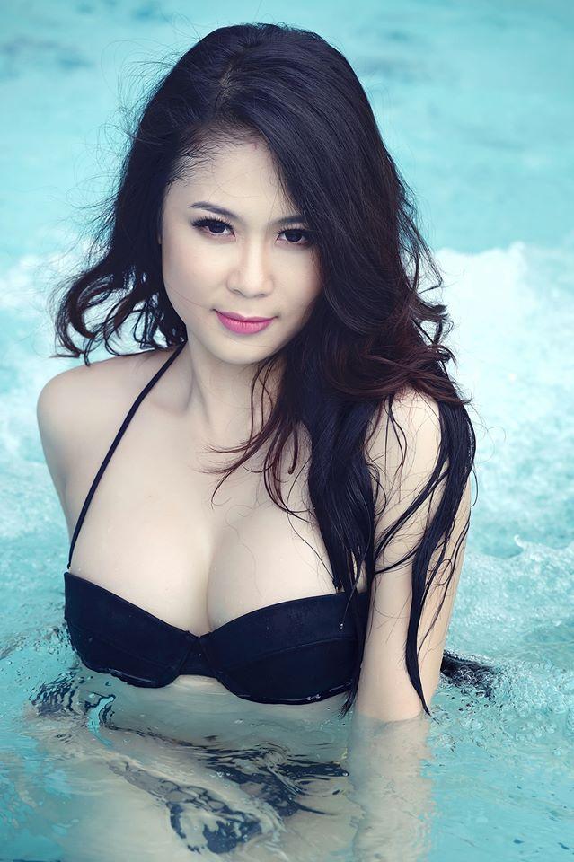 Tít mắt đường cong Julia Nguyễn