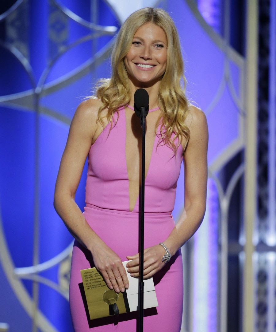 We're totally adore and letting her art to glamorizing a greatest show on the 72th Annual Golden Globe Awards.  Definitely full of praise for this one, the 42-year-old is nearly perfect with her pink gown of V Neckline as she strutted around to the stage at Los Angeles on Sunday, January 11, 2015.