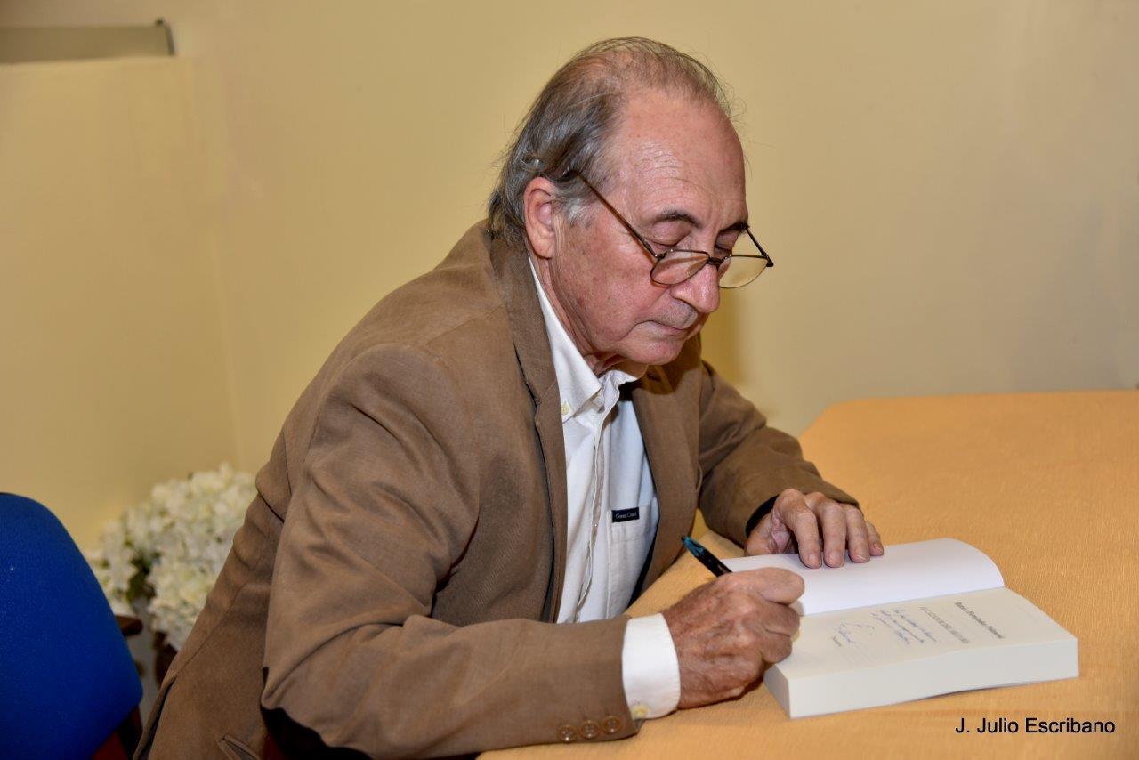"""Firmando su novela """"El cazador del arco iris"""""""