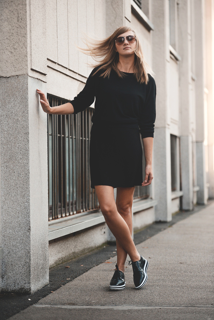 platform brogues outfit, blogger, all black, sweater and skirt outfit