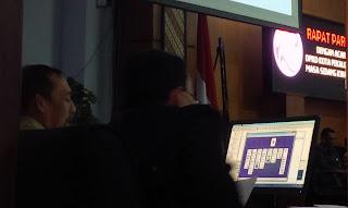 Ketua DPRD Pimpin Rapat, Oknum PNS Ini Malah Asyik Main Game Kartu