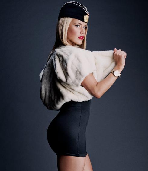 el mejor vestido de la diva lana, lana hace su aparición en la wwe muy hermosa