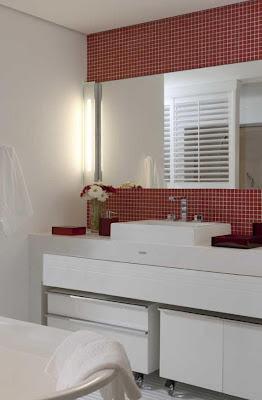 banheiro com pastilha de vidro vermelha