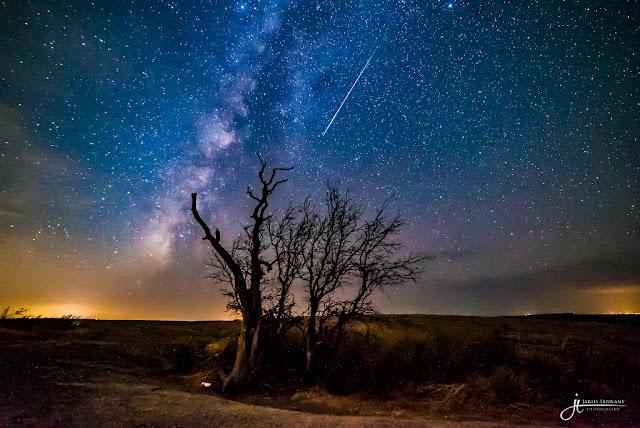 Bụi sao chổi và Enchanted Rock. Tác giả : Jared Tennant.