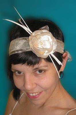 tocado de novia beige cinta con flor oju illa