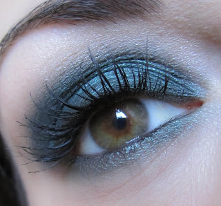 http://chroniquedunemakeupaddict.blogspot.com/2012/04/make-up-vert-avec-la-palette-bad-girl.html