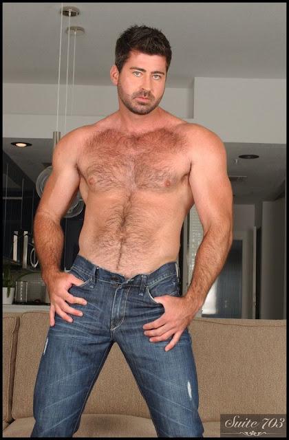 Berke Banks, desnudo, gay, Hombre, Homoerotico, Homosexual, miembro viril, modelo, musculoso, pornstar, stripper, tatuado, velludo,