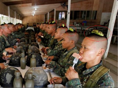 هل تعلم لماذا يضع الجنود الصينيون موزة فوق رؤوسهم ؟ 28618771722540256.pn