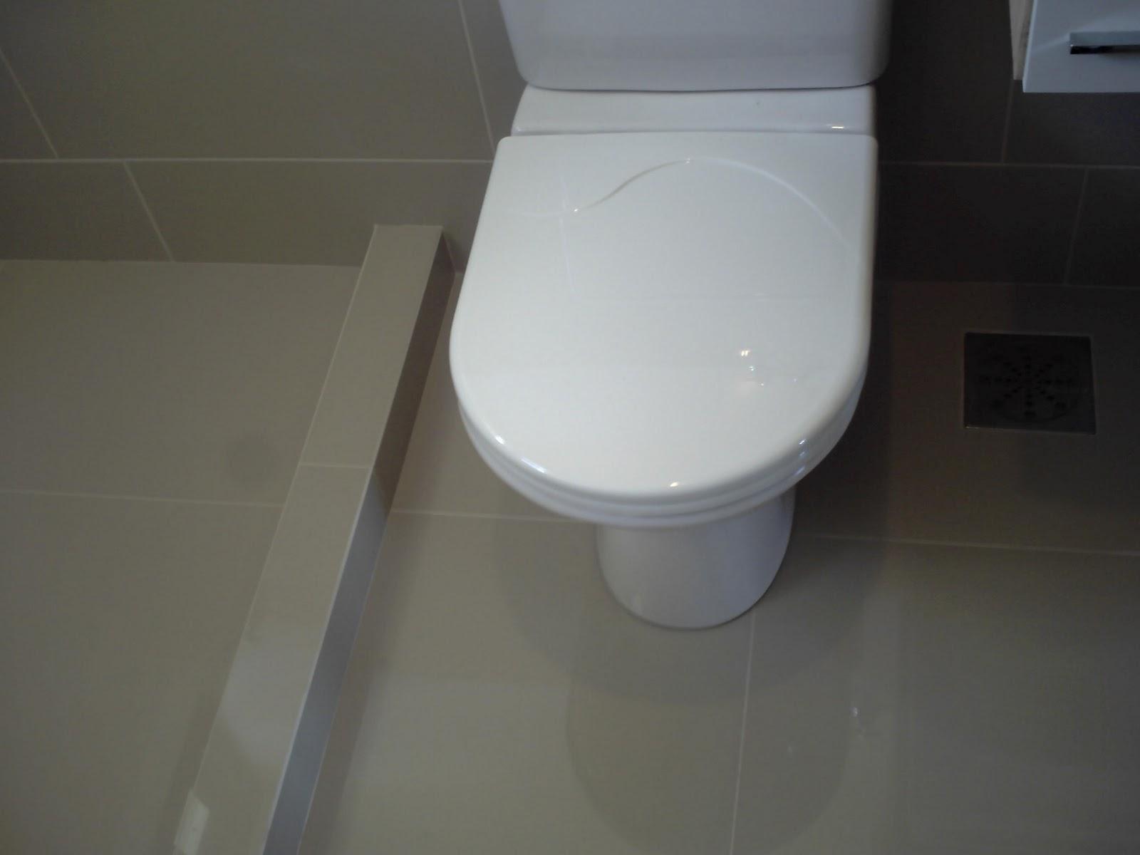 Banheiro da casa de um cliente onde colocamos porcelanato no piso  #515864 1600x1200 Armario De Banheiro De Gesso
