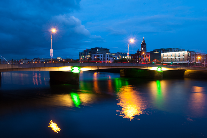 Image of the river in dublin at night near the samuel beckatt bridge