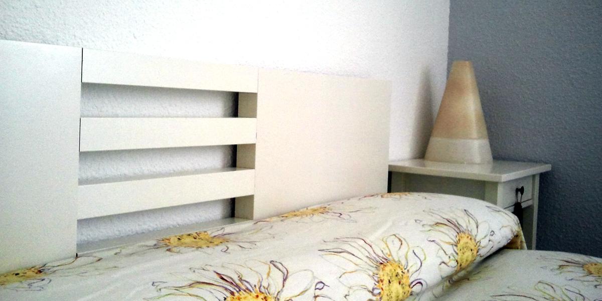 Ikea hack un cabecero con dos mesas lack - Cuadros para cabecero de cama ...