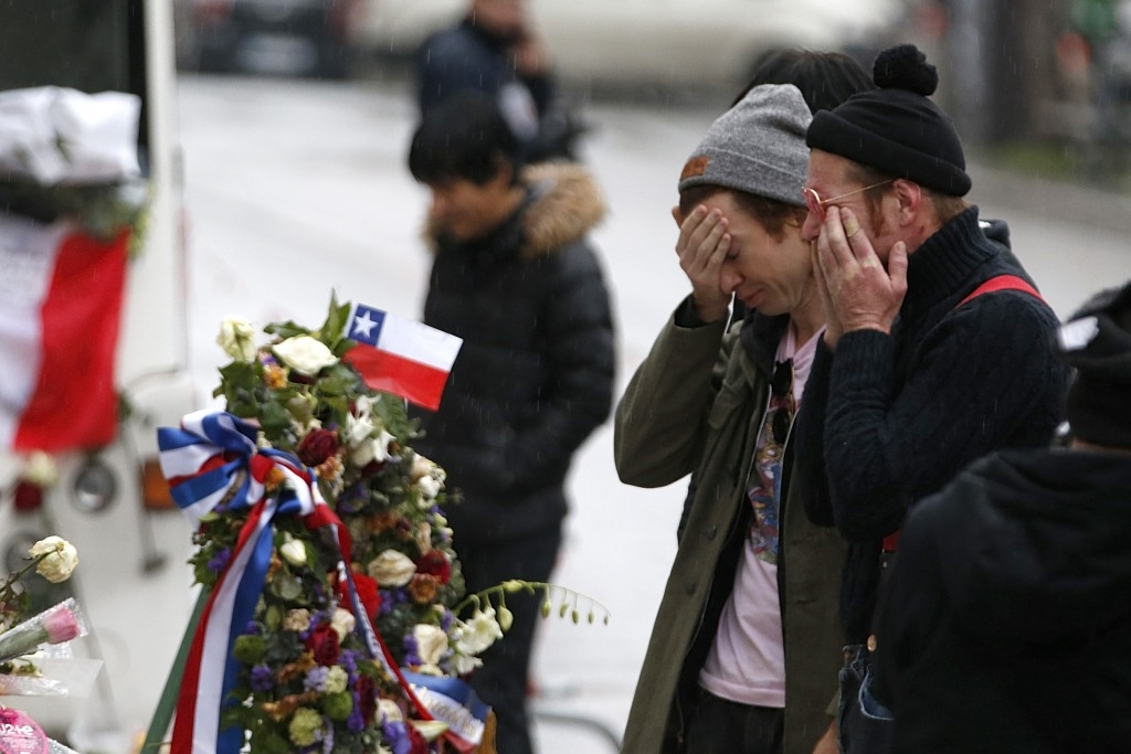 70 Of The Most Touching Photos Taken In 2015 - Jesse Hughes and Julian Dorio,  members of Eagles of Death Metal band who were playing in the Bataclan at the time of the Paris attacks, pay tribute outside the concert hall.