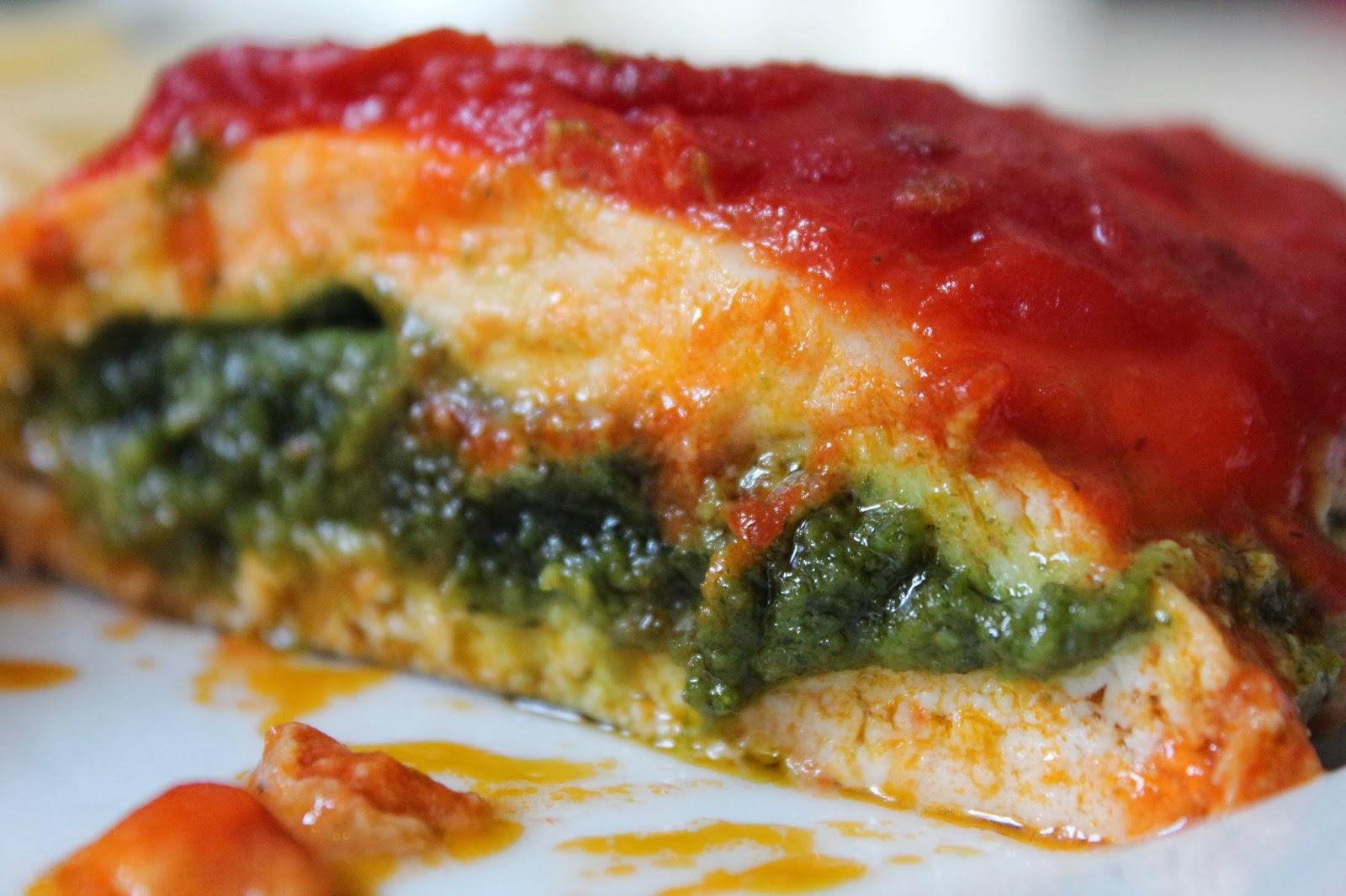 Pechugas de pollo al pesto, con salsa de tomate y acompañamiento de pasta.
