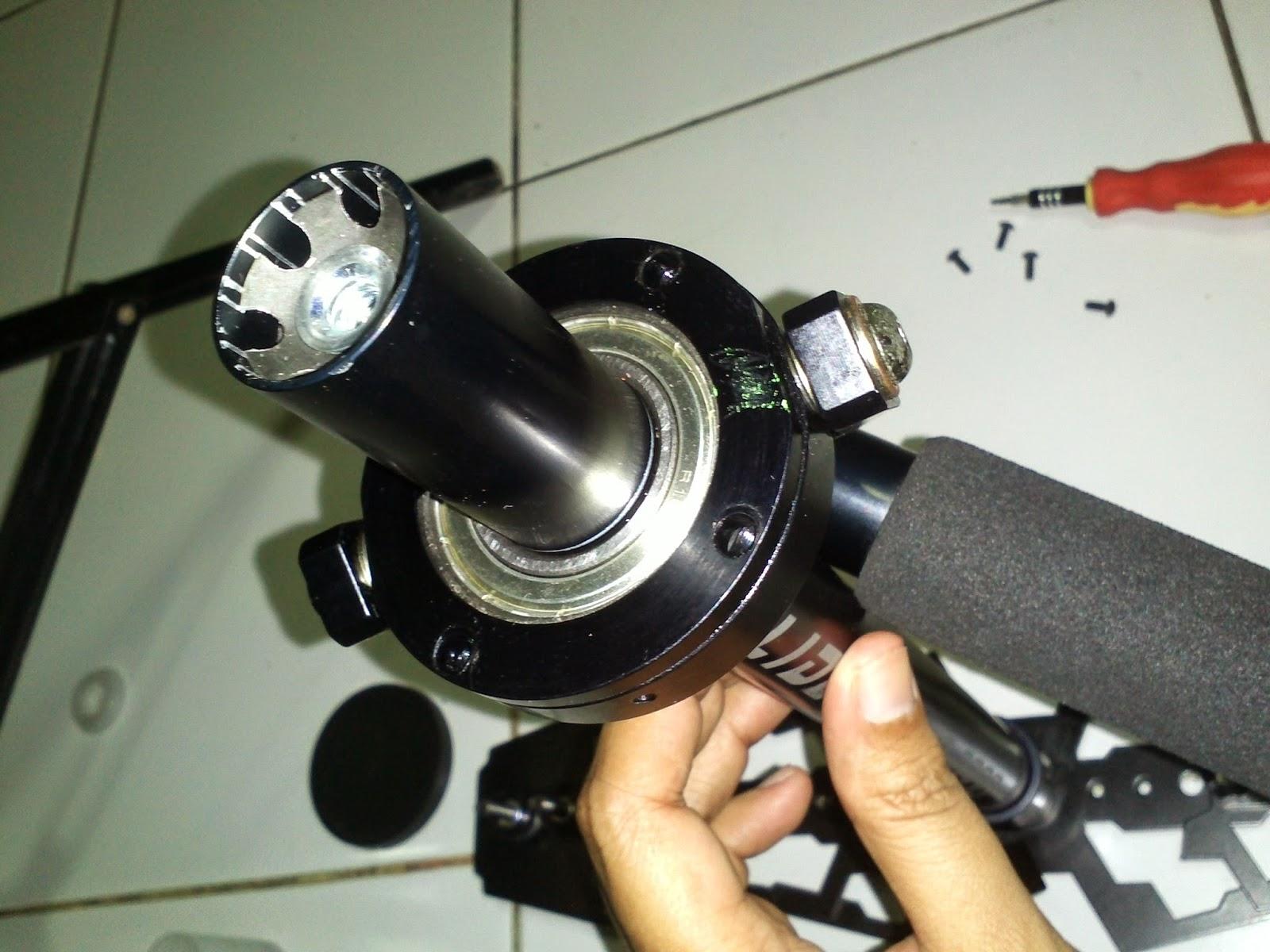 Nah ini penampakan bearing laher pada glidecam kelebihannya Glidecam dibanding Merek lainnya adalah adanya 4 mur untuk fine tuning pada gimbal