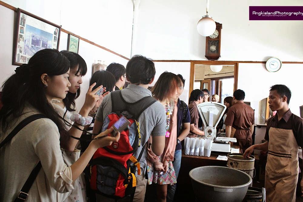 wisatawan jepang di aroma kopi bandung