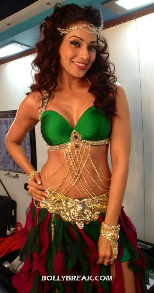 Bipasha Basu waist navel chain and green bikini top - Bipasha Basu Dance Performance Hot Dress - Green Bikini Top