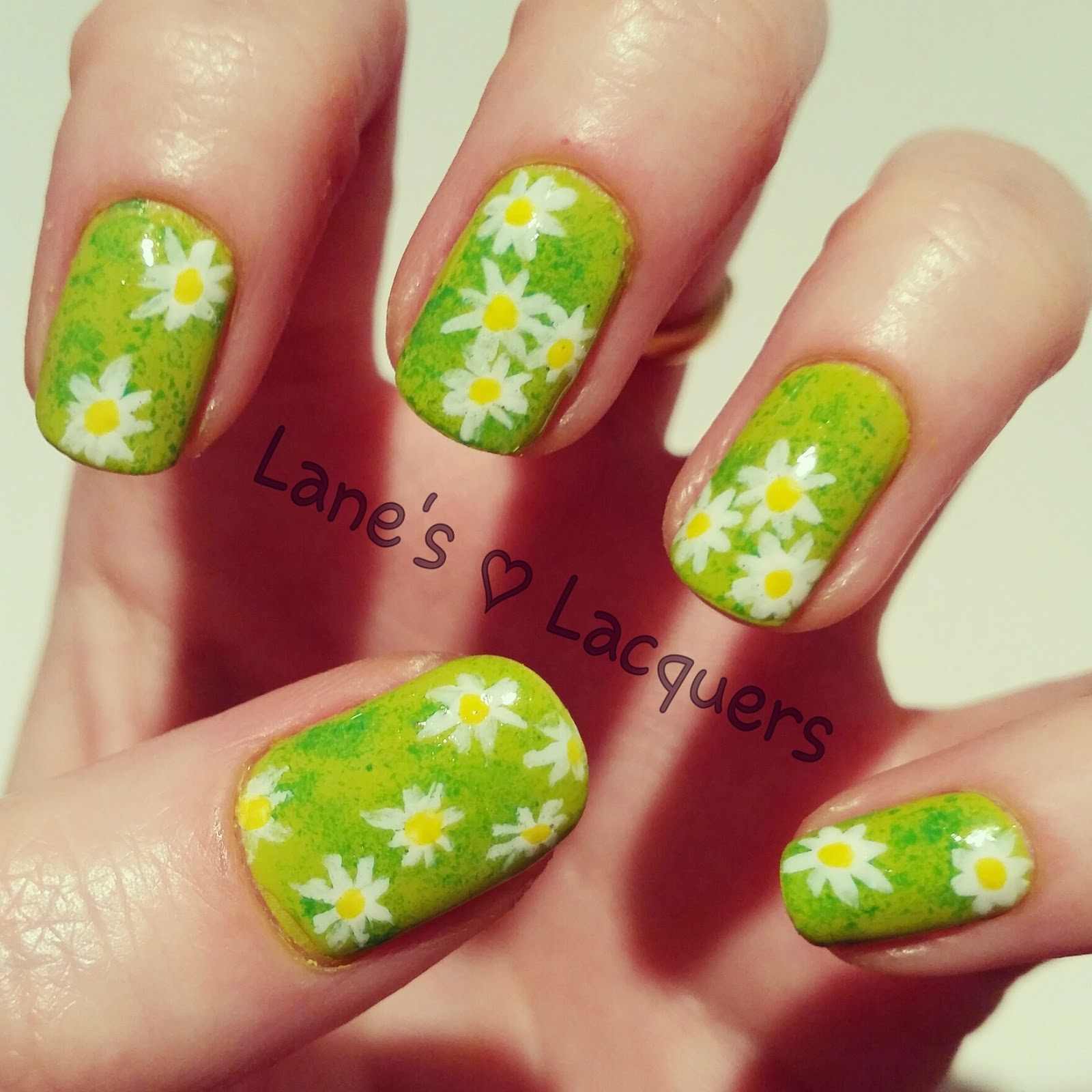 sponged-green-grass-daisies-nail-art