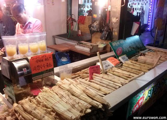 Puesto de venta de caña de azúcar en un mercado de Seúl