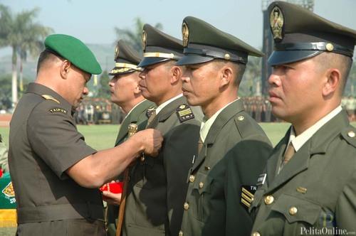 Dankodiklat TNI ADLetjen TNI Gatot Nurmantyo menyematkan penghargaan pada Peringatan Hari Juang Kartika