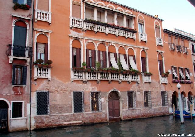 Casa con puerta hacia el mar en Venecia