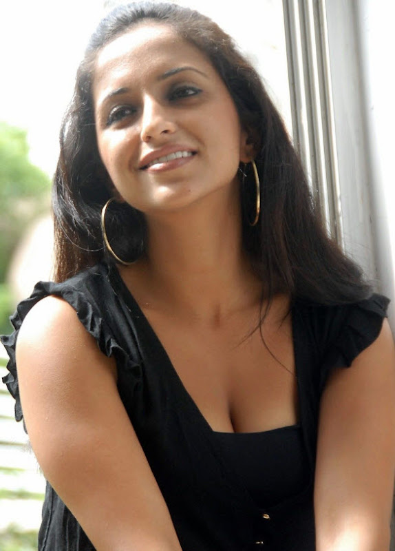 Aashika in Hot Black Dress unseen pics