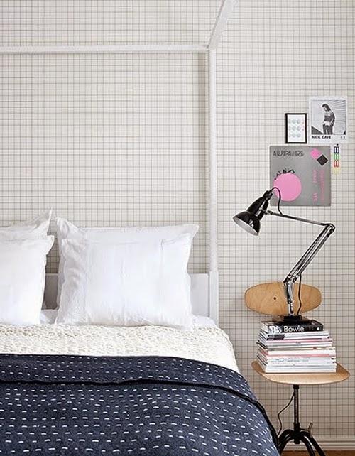 Dormitorio con wallpaper cuadrícula