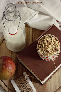 http://www.everydaycooking.pl/2012/11/muffiny-z-jabkami-i-marcepanowa.html