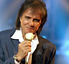 Roberto Carlos canta tema de Lurdinha