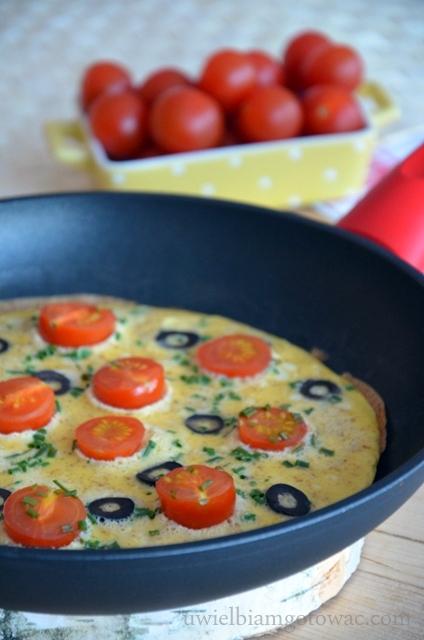 Omlet z pomidorkami i oliwkami