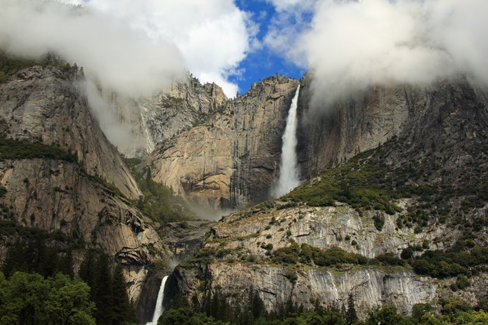 "Falls of Yosemite, USA in California in the same national park. Yosemite – one of the highest waterfalls in the world – 739 meters. Interestingly, the waterfall in winter almost ""calms down"" and in the spring and summer reaches its maximum amplitude."
