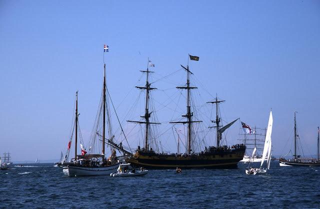 Gambar Kapal Layar Galleon dengan Layar Tidak Terbuka