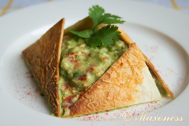 Гуакамоле с чипсами из тортильяс. Мексиканская кухня