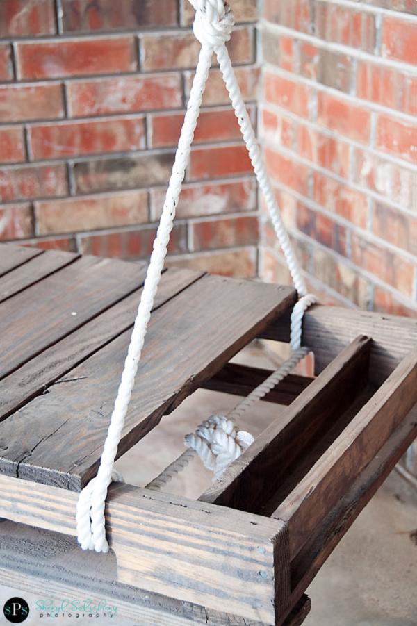 un balancn para la terraza hecho con un palet