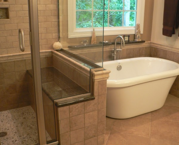 Baños Con Duchas Pequenas:Una ducha con asiento incorporado junto a una bañera pequeña pero