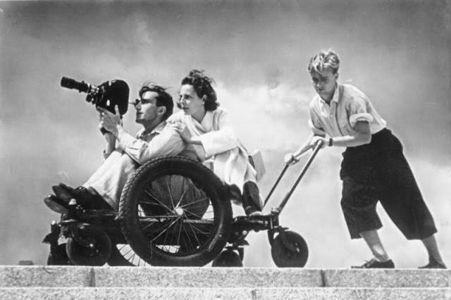 Leni Riefenstahl, a cineasta predileta de Hitler, filmando em 1936.