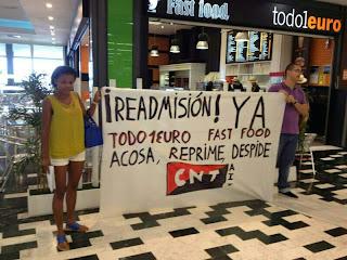 https://www.facebook.com/pages/Anarquistas/378066755607147    [ CNT AIT Las Palmas] Segundo piquete informativo en TODO1EURO El pasado 7 de agosto, el Núcleo Confederal CNT AIT Las Palmas realizó un nuevo acto de protesta junto a uno de los locales de TODO1EURO, en esta ocasión en el ubicado en el C.C. El Mirador de Las Palmas de Gran Canaria. El acto estuvo dirigido por nuestra compañera Beatriz, delegada de la Sección Sindical de la empresa, y que fue despedida fulminantemente –despido disciplinario– cuando reclamaba el cumplimiento de sus derechos laborales. Junto a algunas compañeras de TODO1EURO y varios militantes de CNT AIT Las Palmas, denunciamos públicamente su situación actual, al tiempo que se desplegaba una pancarta en la entrada del local y se repartían panfletos, exigiendo la readmisión inmediata y evidenciando las actuales condiciones que soporta el resto de la plantilla: incumplimiento de convenio; retraso en el pago de las nóminas; horas extra no cobradas; y un largo etcétera, por no hablar del acoso laboral y maltrato psicológico por parte de los dirigentes de la franquicia. El piquete se llevó a cabo durante más de una hora, hasta que hizo acto de presencia la seguridad privada del centro comercial que, con las ya habituales maneras de policías de segunda clase, intentaron desalojarnos por la fuerza arrebatándonos la pancarta e impidiendo el reparto de octavillas. Ante nuestra negativa, dieron aviso a los efectivos de la policía nacional, que se desplazaron hasta el lugar y nos instaron a desconvocar el acto «por las buenas o por las malas». Al mismo tiempo se personaba allí el dirigente de la empresa, una vez más bastante nervioso y espetándonos lindezas del tipo «o acaban ustedes con esto o lo acabo yo», demostrando nuevamente su actitud fascistoide. Con el fin de evitar males mayores, decidimos abandonar el lugar con la complicidad de muchos visitantes del Centro. Lejos de rendirnos, seguiremos adelante con nuestro propósito, porque demostrarem