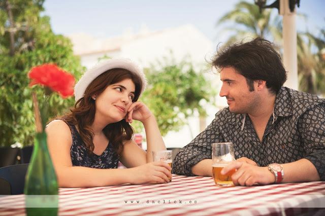 novios sentados en una terraza tomando una cerveza la novia pone ojitos