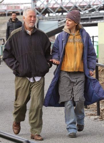 Richard Gere é confundido com morador de rua e recebe doação de um prato de comida durante gravações do seu novo filme.