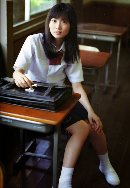 Mirai Shida school uniform