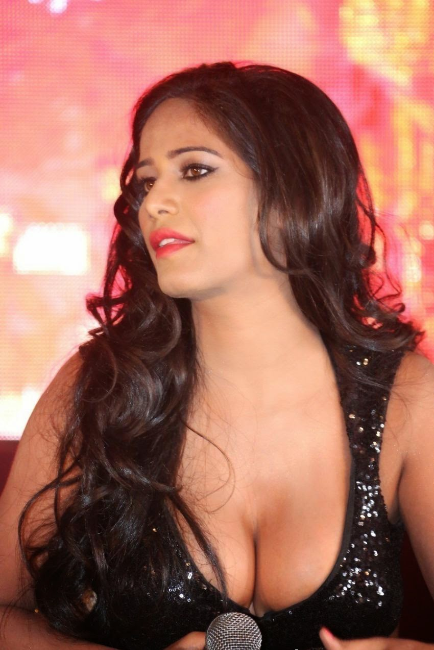 poonam pandey nude model showing her huge round big boobs cleavage in public