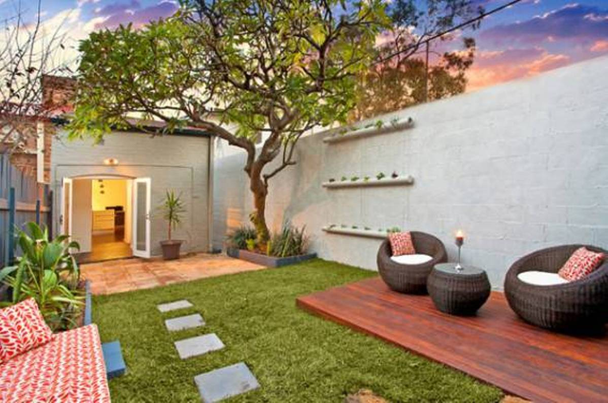 Urban small courtyard decking ideas for Small lawn garden ideas