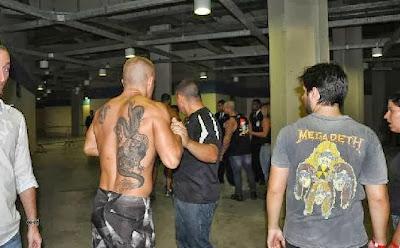 """Homem é agredido no Rock in Rio ao tentar exibir faixa """"Molejo melhor que Iron Maiden"""""""