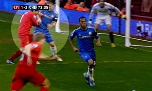 Suarez menggigit Ivanovic source: http://www.thesportreview.com