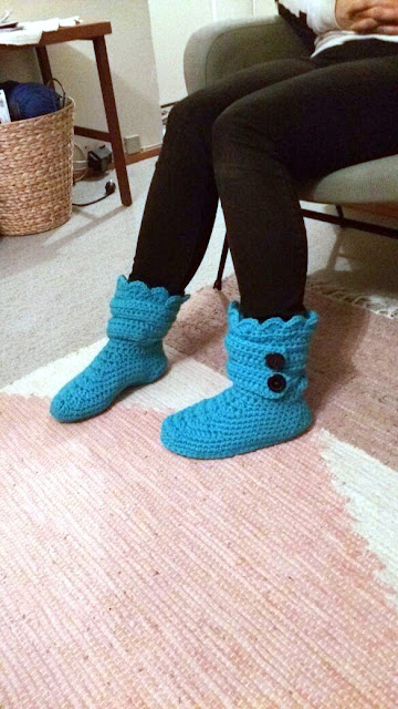 crocheted slipper boots, virkatut tossut, novita isoveli