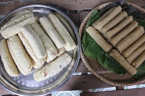 Đậu xanh mặn và ngọt được vo thành nắm to để làm nhân bánh