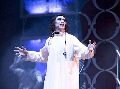 El Dr Frankenstein a punto de llevar a cabo la creación de la criatura