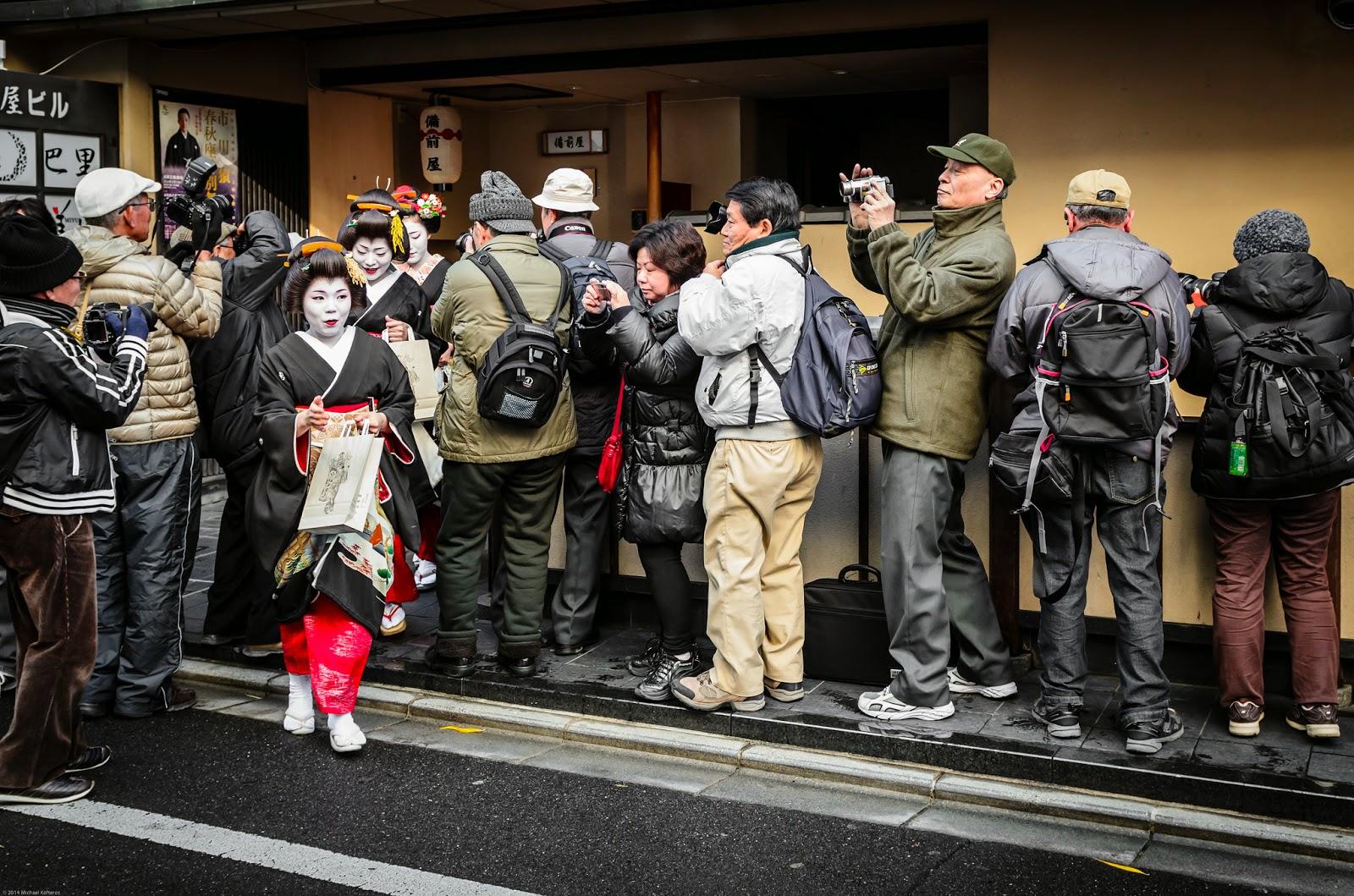 Maiko y Geiko saliendo de una casa okiya